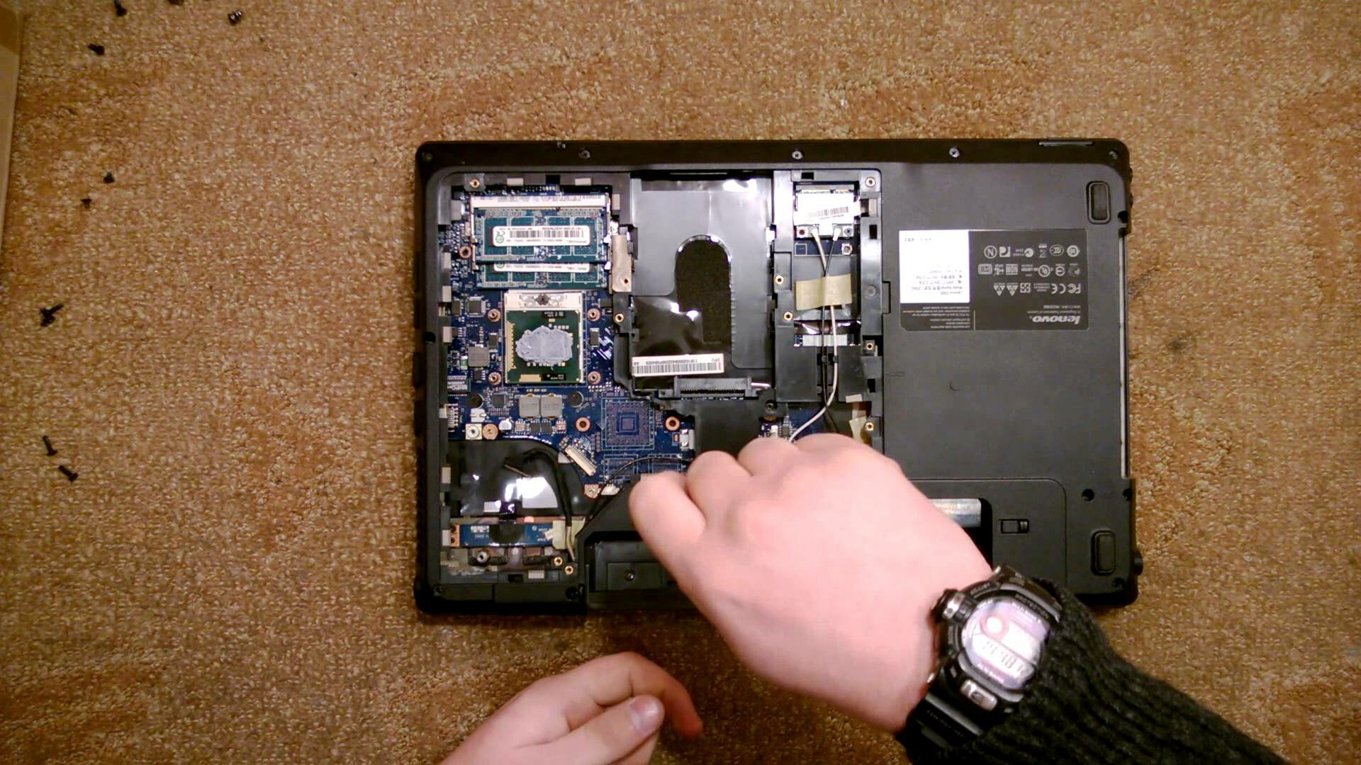 Где находится батарея на ноутбуке леново
